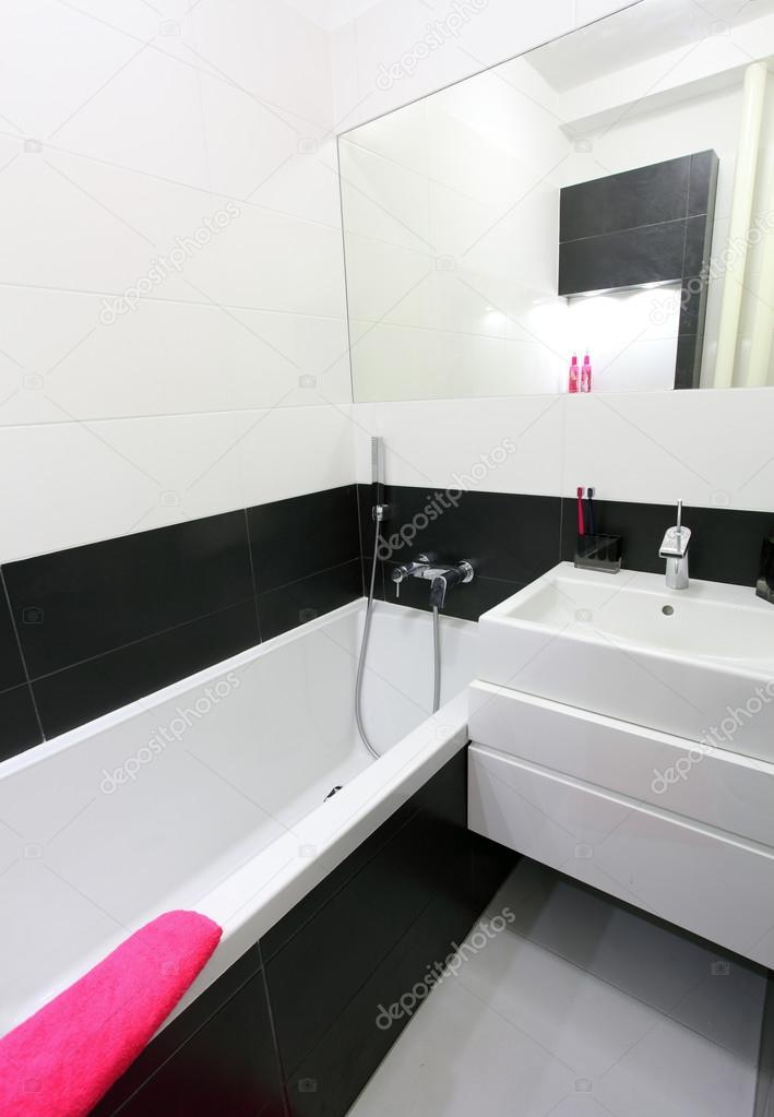Moderno cuarto de baño pequeño — Foto de stock © TTstudio ...