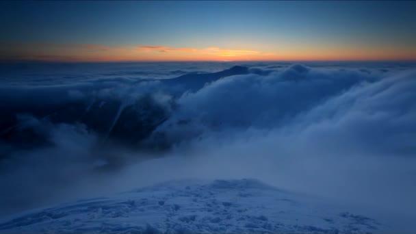 zasněžené kopce. dramatické mraky formulář v údolí