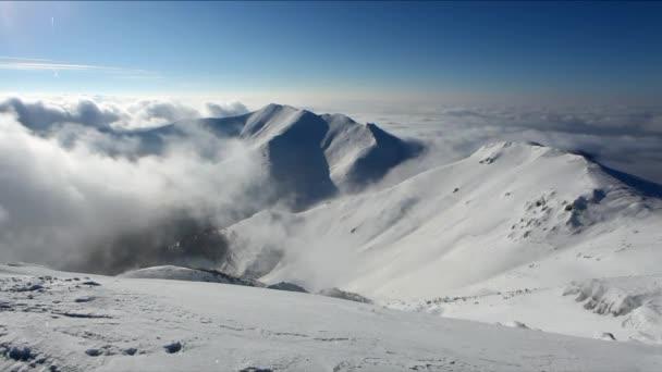 Velká hora nad mraky formulář v údolí大きな山渓谷の雲の形であります。