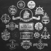 Fotografia distintivi nautici ed etichette su lavagna