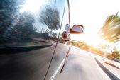 Fotografie auto na silnici s pohybem rozostření pozadí