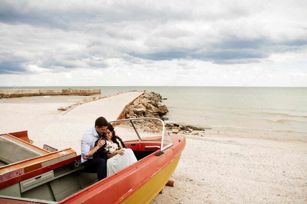 домашнее видео в лодке на пляже два пальца
