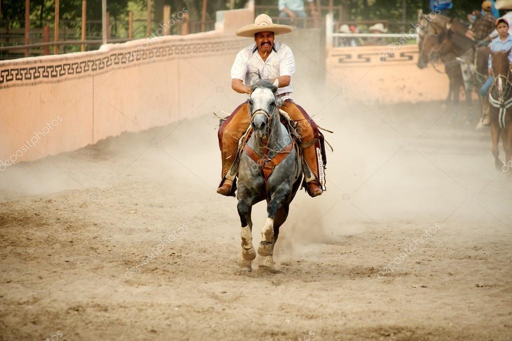 Vaquero de charros mexicanos en un sombrero o paja sombrero galopando a  caballo en una arena (aka el ruedo e23c457caf2