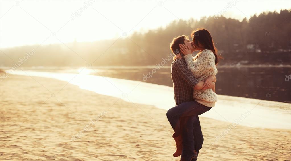Foto Enamorados Besandose Pareja De Enamorados Besándose En La