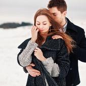 Fotografie mladý pár v chladném počasí