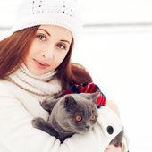 Gyönyörű nő macska télen