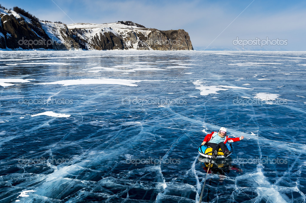 Tubo montado en el congelado Lago baikal, Rusia — Foto