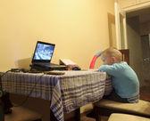 kluk hledá počítač