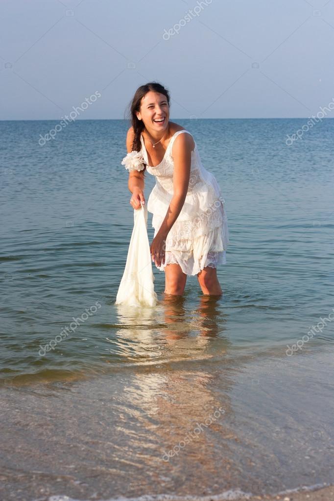 Девушки мокрые платья
