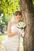 Fényképek gyönyörű menyasszony nevet a fa