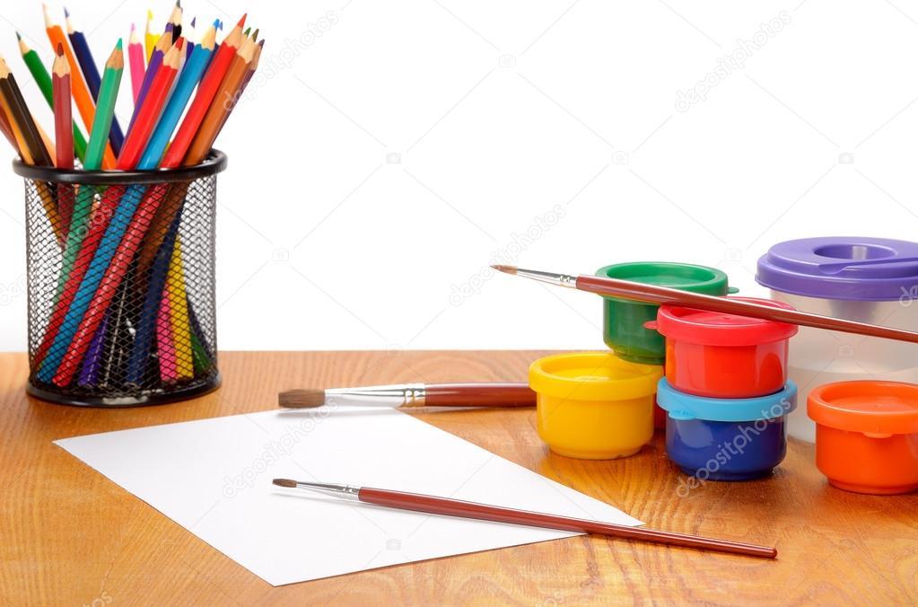 hoja de papel con lápices de colores y pinturas en blanco — Foto de ...
