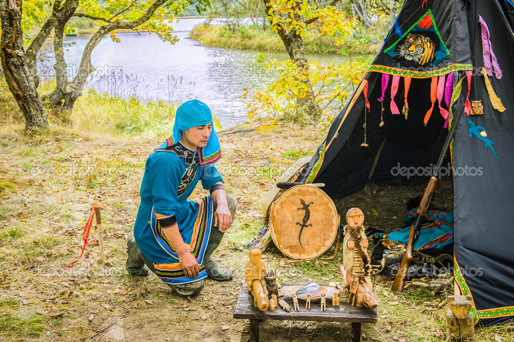 The hunter and fisherman Udege makes a ritual prayer...