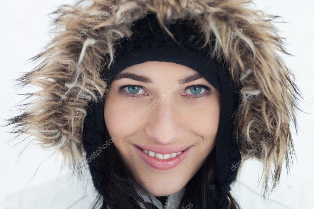 Close-up πορτρέτο της όμορφο κορίτσι με χειμωνιάτικα ρούχα που  απομονώνονται σε λευκό φόντο — Εικόνα από canonboy b7340814c7c