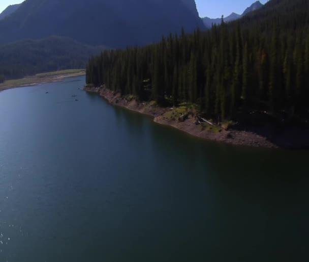 Luftaufnahme des Bergsees mit Fischern