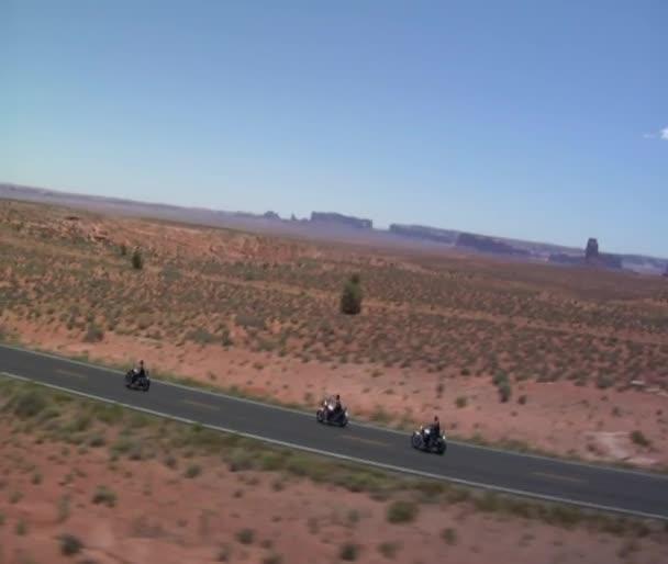 Légi felvétel a Monument völgyben autópálya három motorkerékpárok