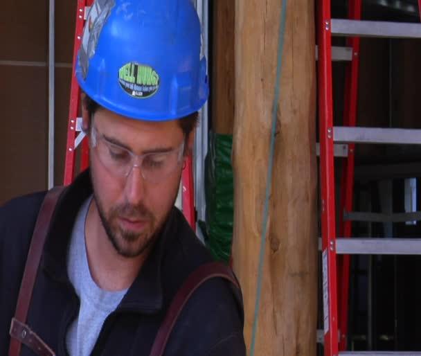 Bauarbeiter blickt in Kamera
