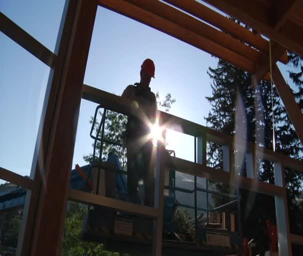 Bauarbeiter auf Kran mit Linsenschlag