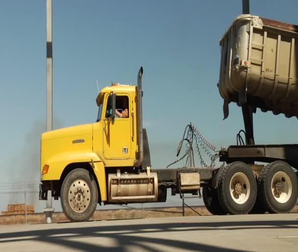 camion semi con rimorchio del deposito