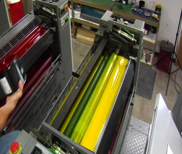 tiskařský lis s červeným inkoustem přidán