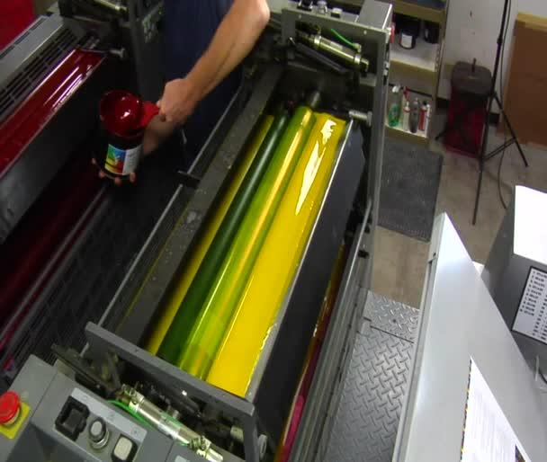 tiskařský lis je naloženo s červeným inkoustem