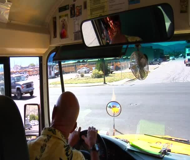 Školní autobus řidič hledá a otáčení