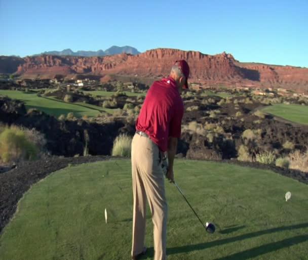Muž z odpaliště na golfovém hřišti