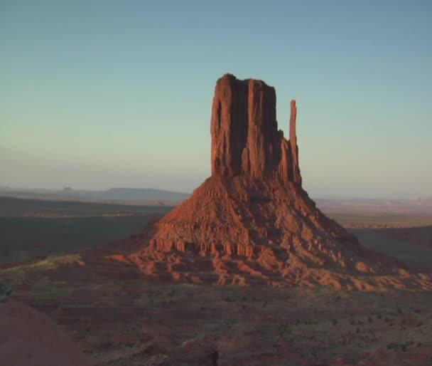 Dolly záběr dvojice sedící na skále nad údolím monument