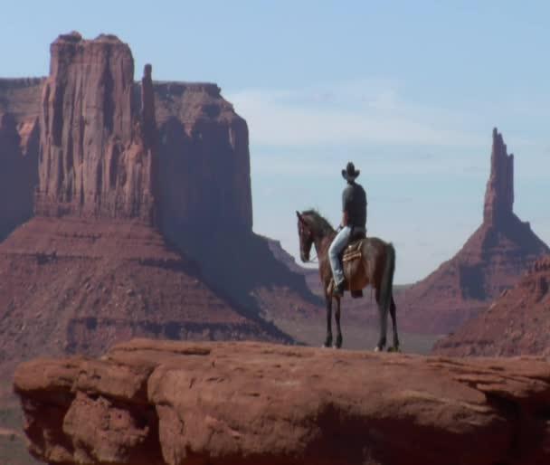 longshot kovboj a koně v monument valley