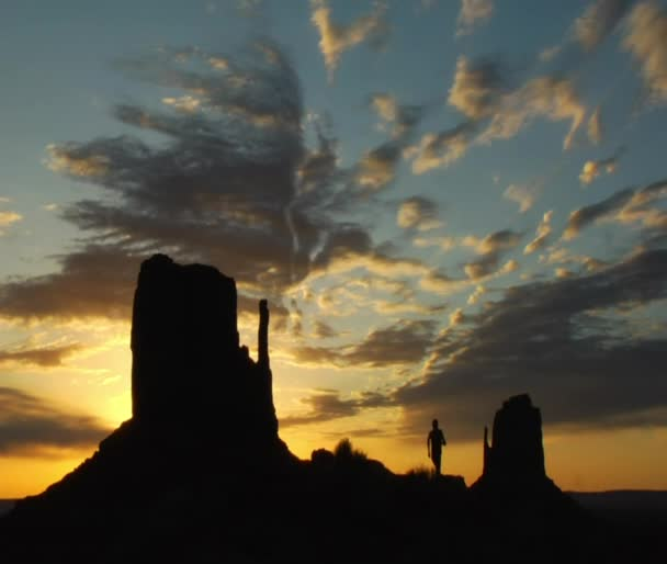 silueta muže s monument valley sunrise