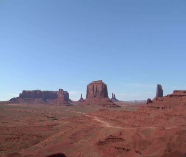 kovboj na koni se dívá na vista monument Valley