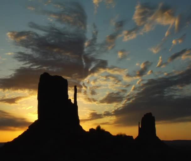 siluety památek monument Valley při západu slunce