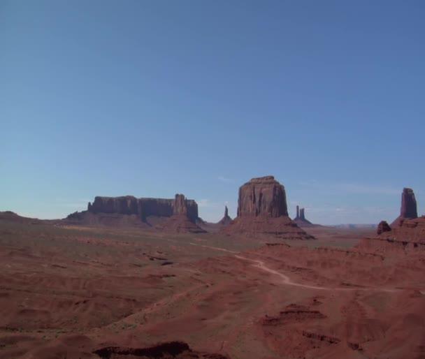 kovboj na koni přehlíží monument valley
