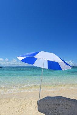 "Картина, постер, плакат, фотообои ""пляж на солнечном пляже с синим морем на заднем плане ."", артикул 30218649"