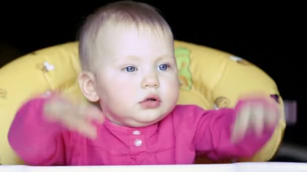 holčička jíst polévku kořen řepy