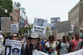Protestující nesl plakáty na podporu trayvon a další oběti násilí