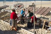 portugalské ženy sušení ryb na pláži v nazare