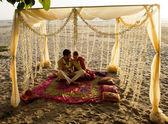 Fotografie junges Paar in indischen Kleid