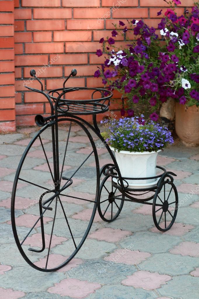 Opdateret dekorativa stativ för blommor retro cykel mot en tegelvägg JL92