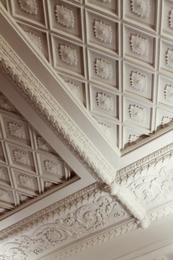 Diamond-shaped and bunch ceiling moldings