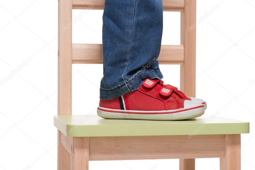 Piedi del bambino in piedi sulla sedia little foto stock for Piani domestici di 2000 piedi quadrati
