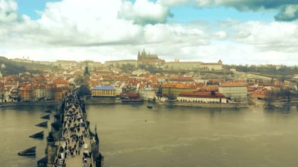 Prag, karlov bridge och turister kommer på det