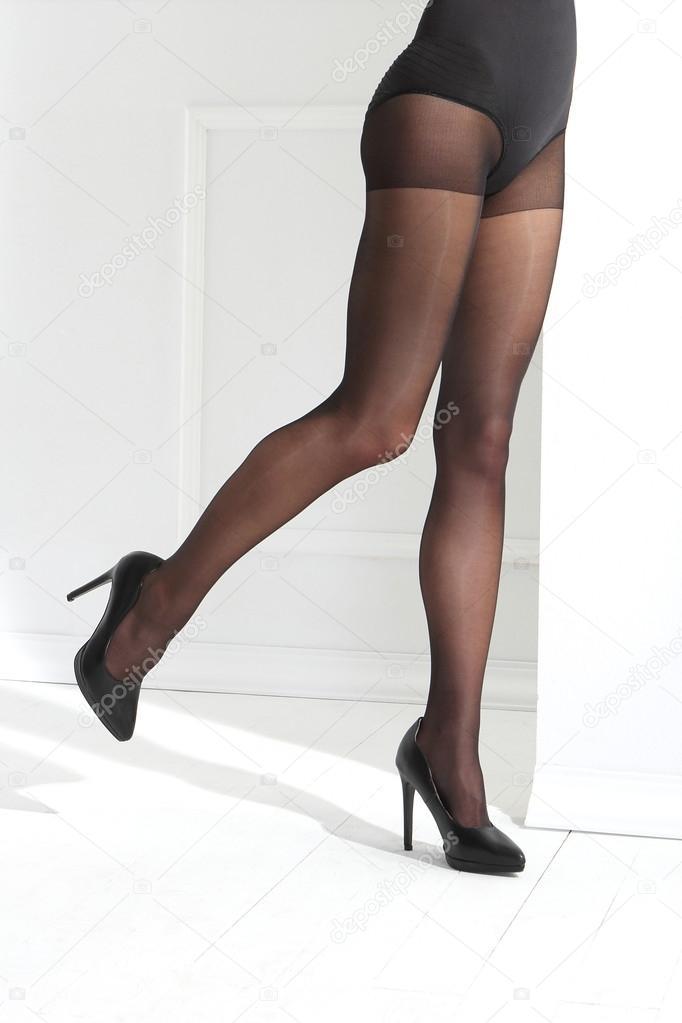 a21d46a58 Piernas sexy mujeres en medias negras — Fotos de Stock ...