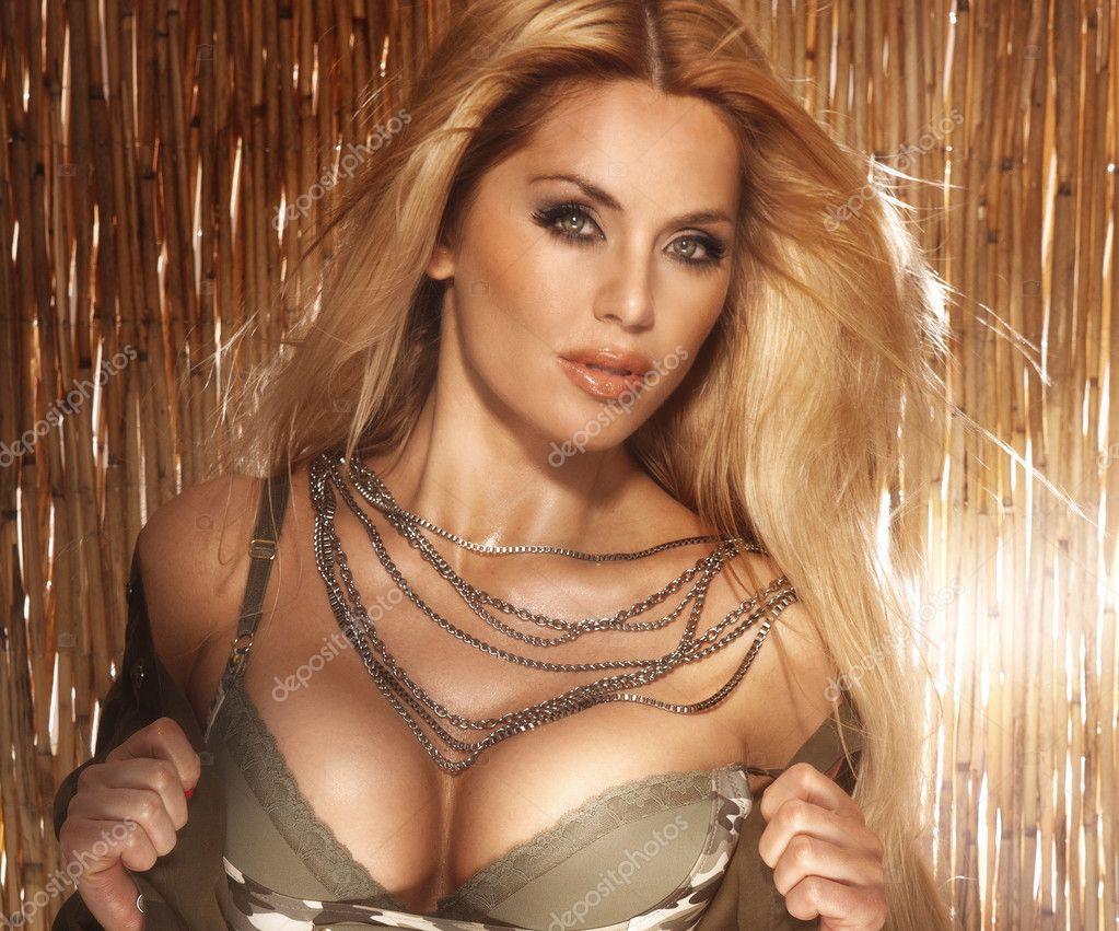 blondine mit großen brüsten