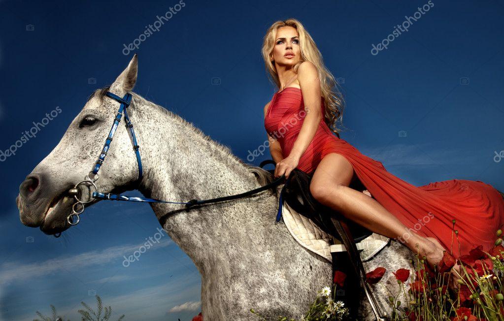 siede che cavallo su donna di bionda riserva in Bella rossofoto un vestito si H9WYD2eEIb