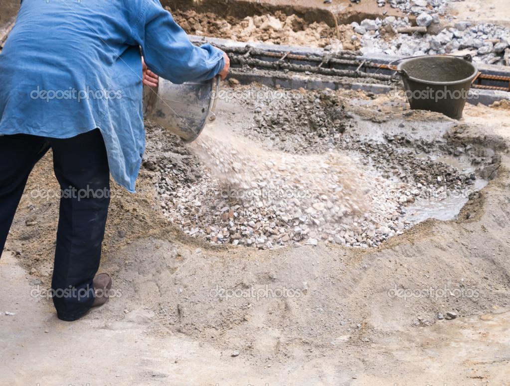 Fotos De Stock Chat9780: Trabalhador De Mistura De Concreto Na área De