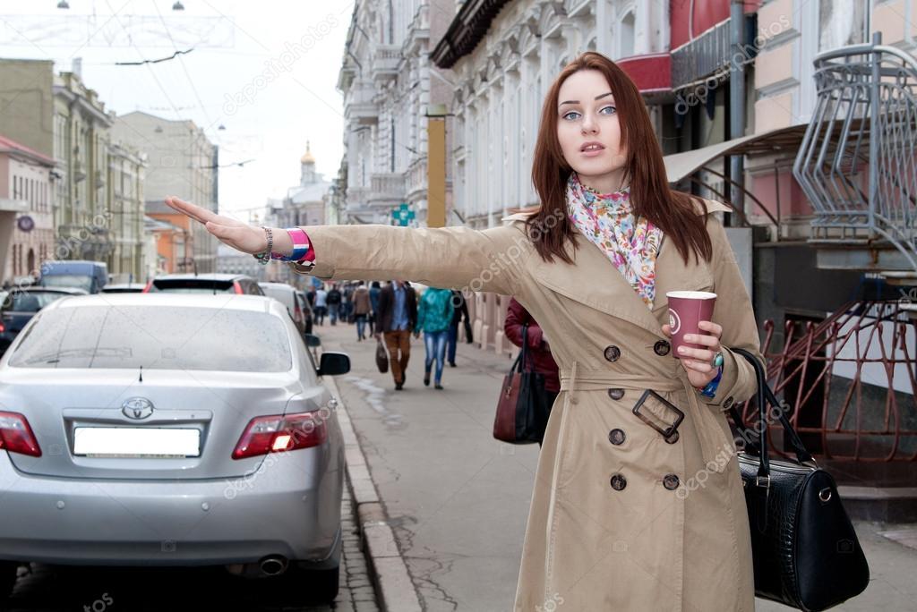 Девушка занимался в такси