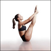 Giovane donna facendo pilates