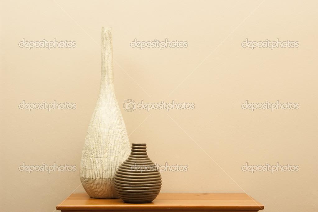 Hoge Kleine Tafel.Hoge Witte Vaas En Korte Gestreepte Vaas Op Kleine Tafel Stockfoto