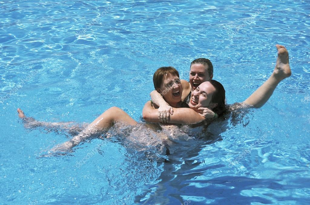 в бассейне плескаюсь какой-то момент