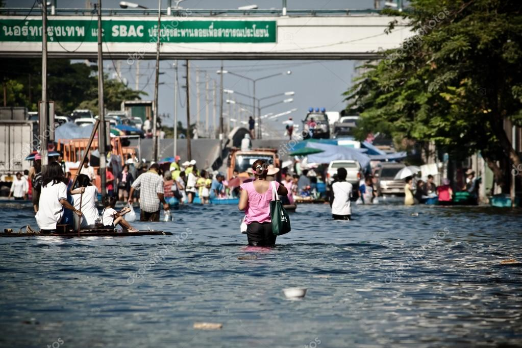 People evacutaes from the flood